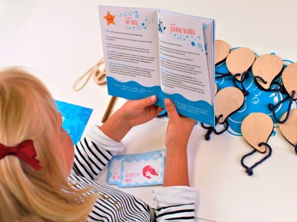 Enfant qui lit le livret
