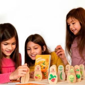 Enfants qui jouent à un jeu sur le potager