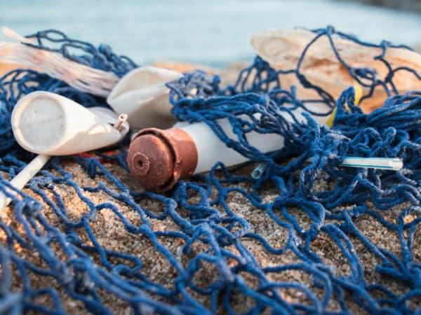 Déchets jetés dans la mer