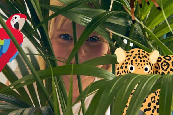 Petite Fille cachée dans la végétation