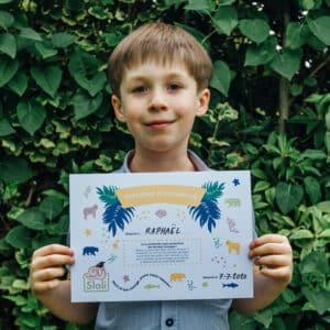 Garçon avec son diplôme de sauveteur d'animaux