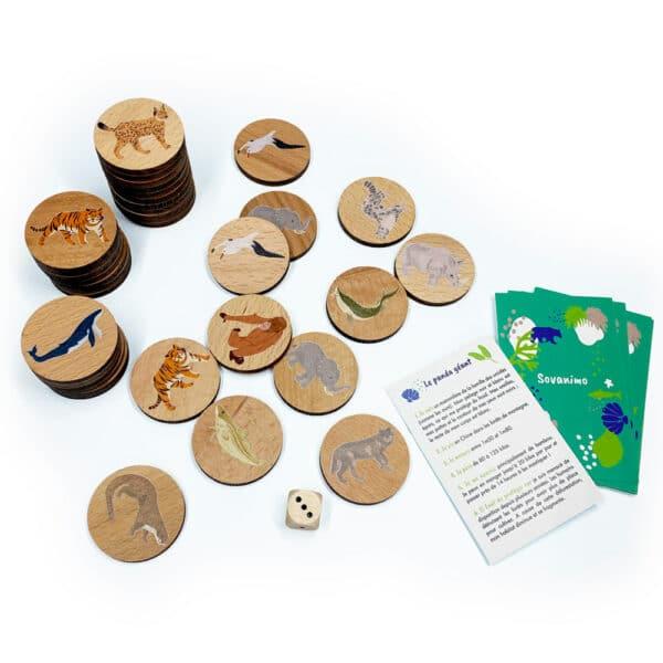 Pions de jeu en bois et cartes