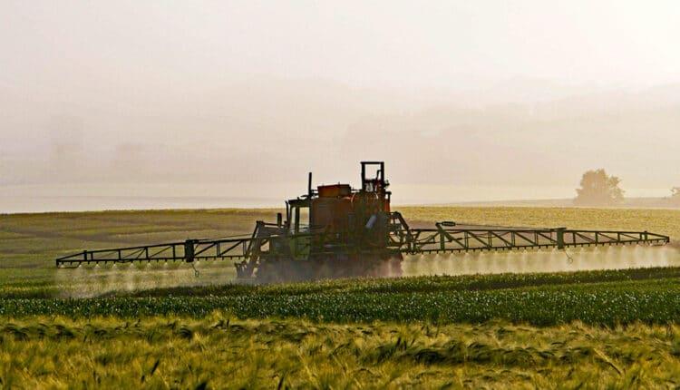 Pulvérisation de pesticide dans les champs