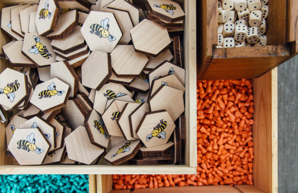 Caisses contenant des éléments de jeux en bois
