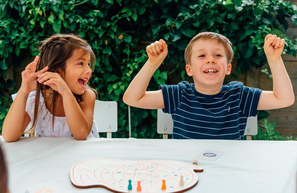Enfants heureux de jouer