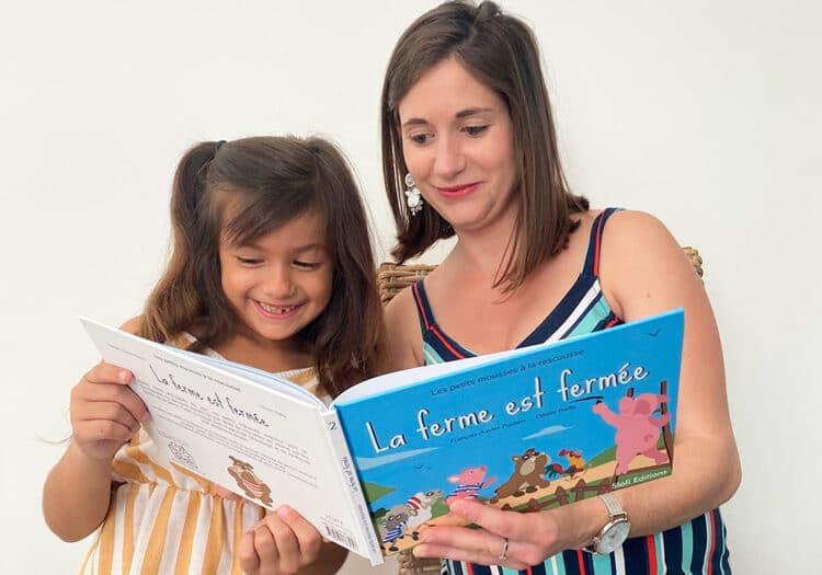 Lecture d'un livre pour enfants sur la nature