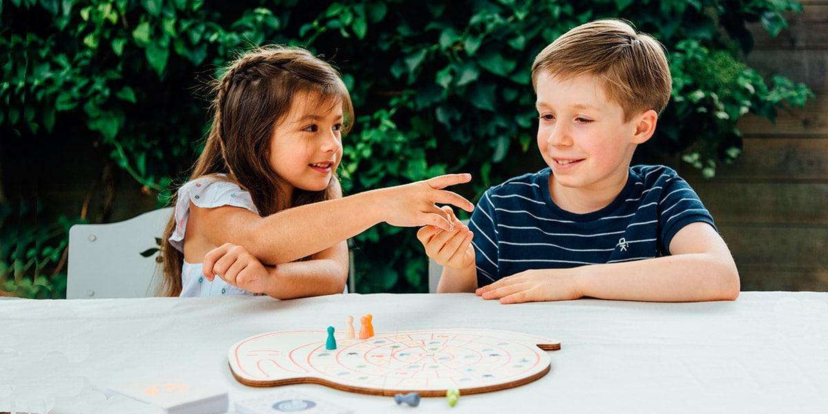 Enfants qui jouent à un jeu Sloli